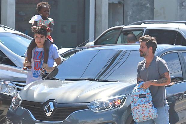 Bruno Gagliasso e amigo levam Titi para aula de natação (Foto: AgNews)