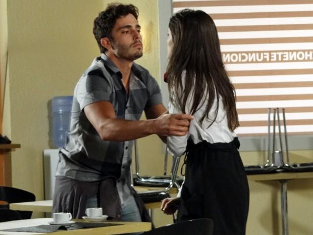 Zenon dá um prensa em Carolina para conseguir informações sobre Vânia (Foto: Guerra dos Sexos/TV Globo)