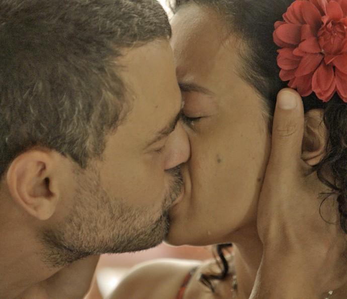 César não resiste e beija Domingas (Foto: TV Globo)