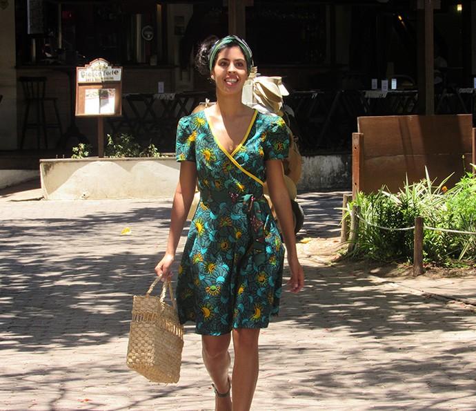 Bela Gil carrega sacola de compras da feira (Foto: Nathália Gomes/Gshow)