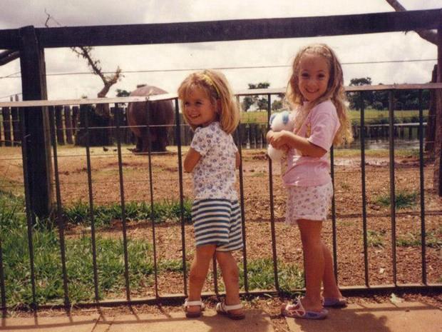 Foto de arquivo mostra a produtora da TV Globo Gabriela Lapa e a prima Luiza Lapa na Fundação Zoológico de Brasília (Foto: Arquivo Pessoal)