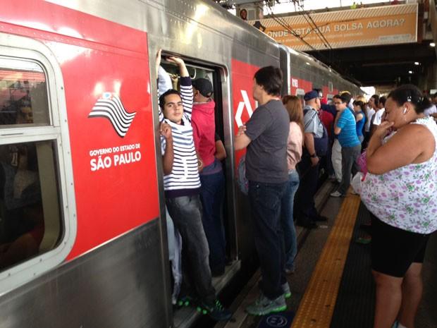 Passageiro entra de costas em trem da CPTM (Foto: Letícia Macedo/ G1)