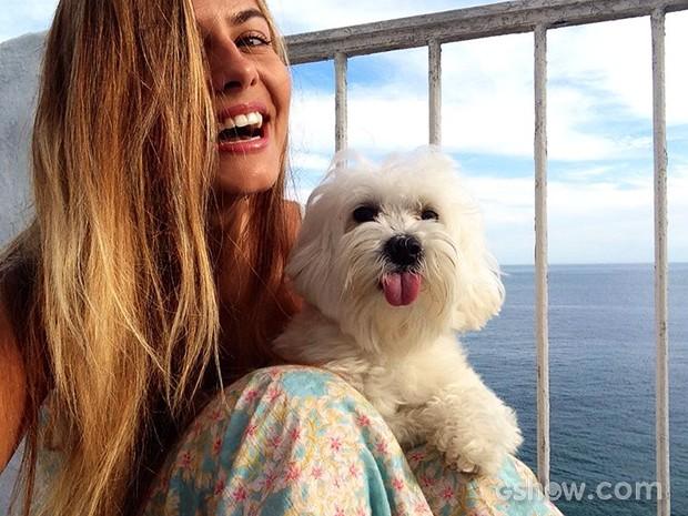 Bruna e seu cachorrinho maltês Osho (Foto: Caldeirão do Huck/TV Globo)