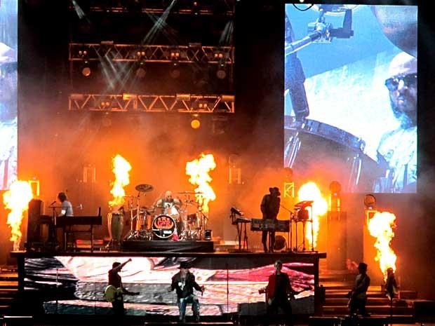 Explosão e fogo durante a música 'Live and let die' no show do Guns N' Roses em Brasília (Foto: Lucas Nanini/G1)