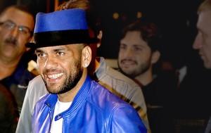 chamada Daniel Alves chegada seleção chapéu azul (Foto: Leo Correa / Mowa Press)