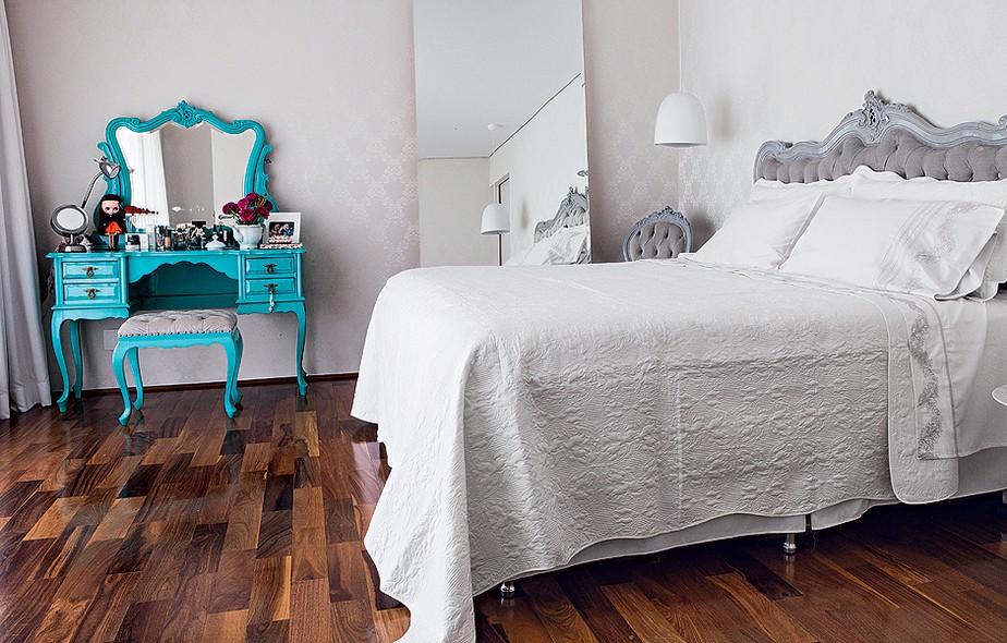 A cama e a penteadeira antigas foram reformadas pelo Ateliando. Repaginado com laca azul-turquesa, o móvel guarda, além de cosméticos, objetos pessoais da moradora Camila Salek e foto de suas filhas. É um ponto de cor no quarto neutro