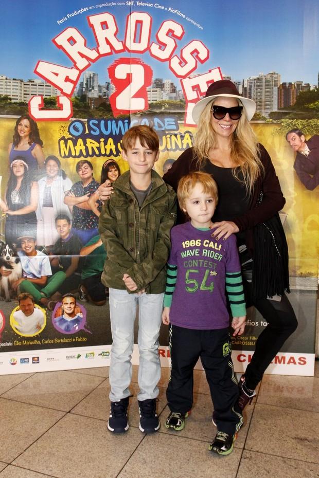 Danielle Winits e filhos em estreia do filme Carrosel (Foto: Marcos Ferreira /Brazil News)