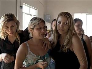 Irmã gêmea de Jamila (ao centro) também estava no ônibus e sobreviveu ao acidente. (Foto: Reprodução / TV Liberal)