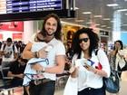 Igor Rickli e Aline Wirley embarcam com o filho em aeroporto no Rio