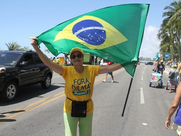 Aposentada Wilme Wanderley segura bandeira do Brasil durante ato (Foto: Waldson Costa/G1)