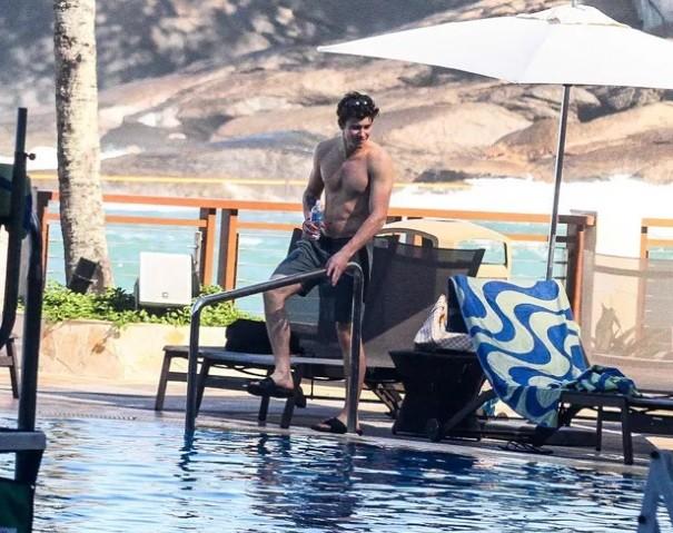 Shawn Mendes passou a manhã na piscina do hotel e foi solícito com fãs e funcionários nesta sexta-feira (15) (Foto: Ag News)