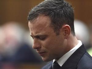 Pistorius chora ao ouvir veredicto sobre seu caso em tribunal da África do Sul (Foto: Reuters)