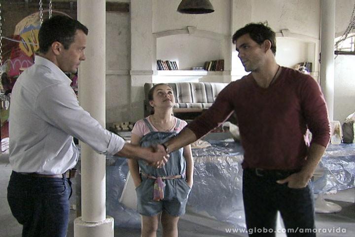 Bruno aperta a mão de Ninho (Foto: Amor à Vida/TV Globo)