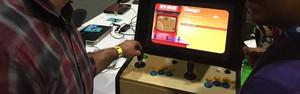 Mini-fliperama reúne saudosistas de games vintage no evento (Helton Simões Gomes / G1)
