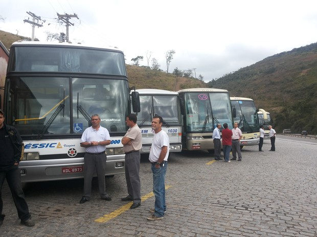 Empresários e motoristas de quatro empresas de Petrópolis e uma de Areal se reuniram no protesto (Foto: Andressa Canejo/G1)