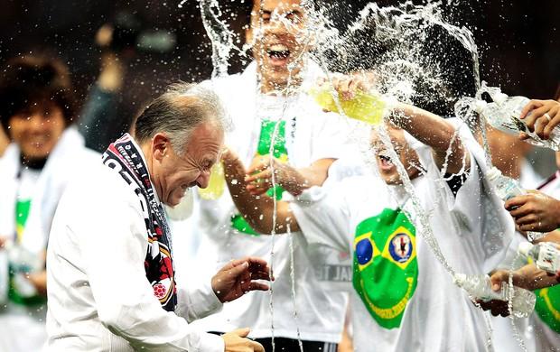 Alberto Zaccheroni comemoração Japão Eliminatórias (Foto: Getty Images)
