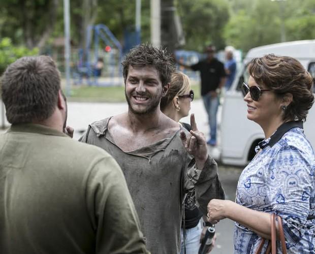 Nos bastidores, os atores aproveitam momentos de descontração (Foto: Inácio Moraes/Gshow)