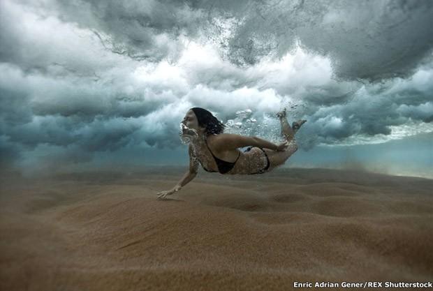 """4.""""Sempre que tenho folga, passo o maior tempo possível nadando e mergulhando com a minha câmera"""", disse Gener (Foto: Enric Adrian Gener/REX Shutters)"""