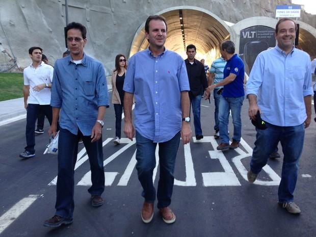 Prefeito caminhou pela Via Binário antes da inauguração oficial (Foto: Káthia Mello/G1)