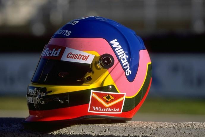 Colorido, o casco de Jacques Villeneuve fazia referência ao usado por seu pai, que havia sido desenhado pela mãe, Joann (Foto: Getty Images)