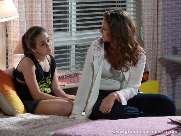Ela conversa com a filha e vira cúmplice da menina (Foto: Amor à Vida / TV Globo)