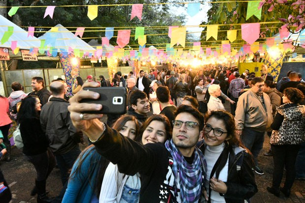 A galera fez selfie no Paraná Junino  (Foto: Fernando Benega/ RPC)