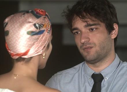 Tiago fica desconfortável com anúncio de casamento e diz que precisa conversar com Letícia