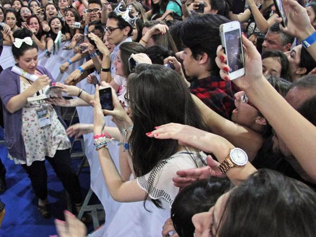 Kiera Cass dá autógrafos aos fãs durante a 23ª Bienal Internacional do Livro de São Paulo (Foto: Leonardo Benassatto/Futura Press/Estadão Conteúdo)