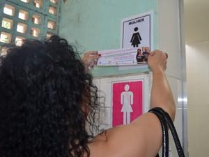 Luciana colou adesivos informativo nos banheiros do terminal (Foto: Fernanda Zanetti/G1)