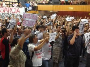 Professores protestam na Câmara de Goiânia (Foto: Luísa Gomes/ G1)
