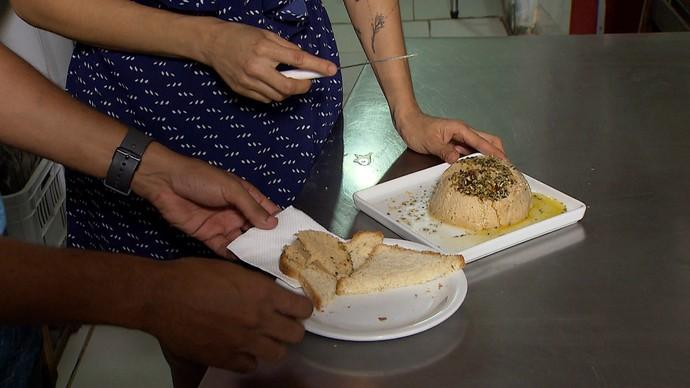 Queijo de castanha-de-caju serve de acompanhamento para pão e tapioca (Foto: TV Bahia)
