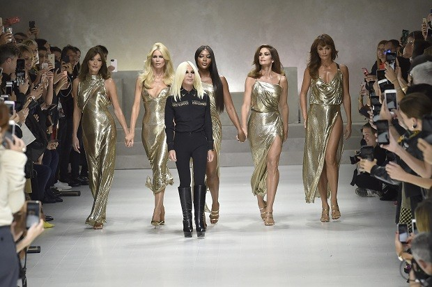 Carla Bruni, Claudia Schiffer, Naomi Campbell, Donatella Versace, Cindy Crawford e Helena Christensen (Foto: Getty Images)