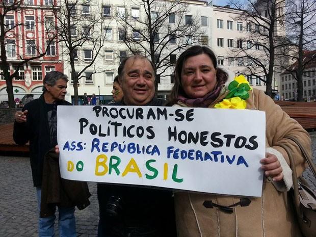 Brasileiros se reuniram em Munique, na Alemanha, e participaram de protesto contra a corrupção no país (Foto: Thiago Novelli/VC no G1)