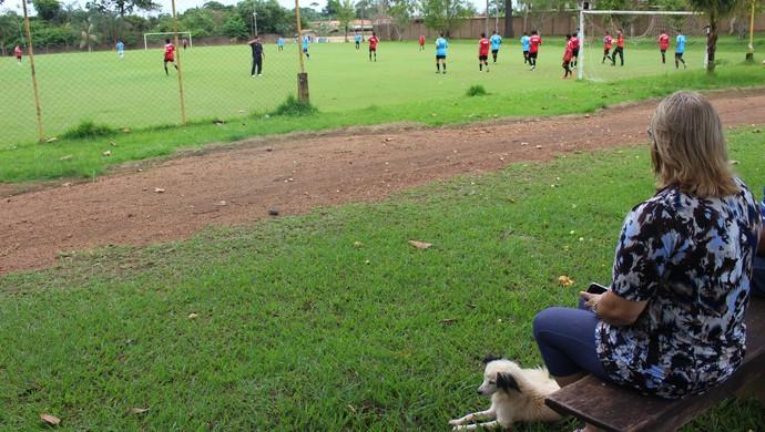 Julia Albuquerque assistindo o treino do R1 Sub-16 (Foto: Daniele Lira)