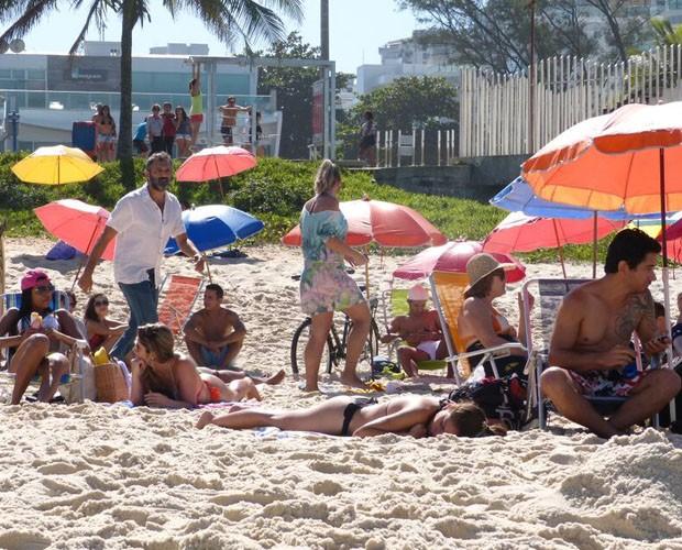 Domingos grava cena em que caminha pela praia  (Foto: Paula Oliveira/GShow)
