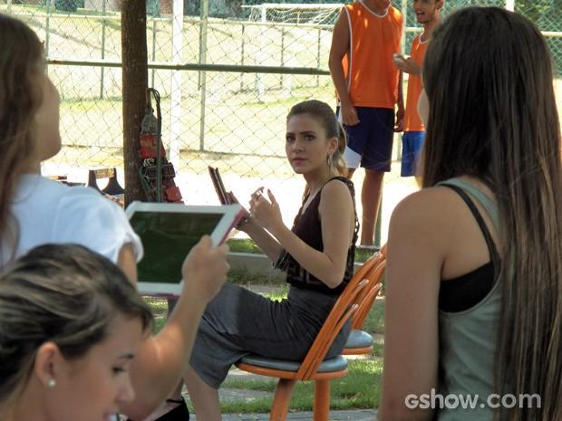 Sofia percebe a fofoca rolando solta e fica muito brava (Foto: Malhação / TV Globo)