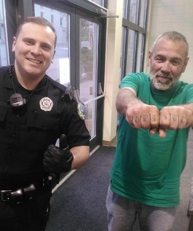 Americano exibiu tatuagem 'policiais são um saco' ao ser parado pelo agente Russell Johnson (Foto: James Burns/Bangor Police Department/AP)