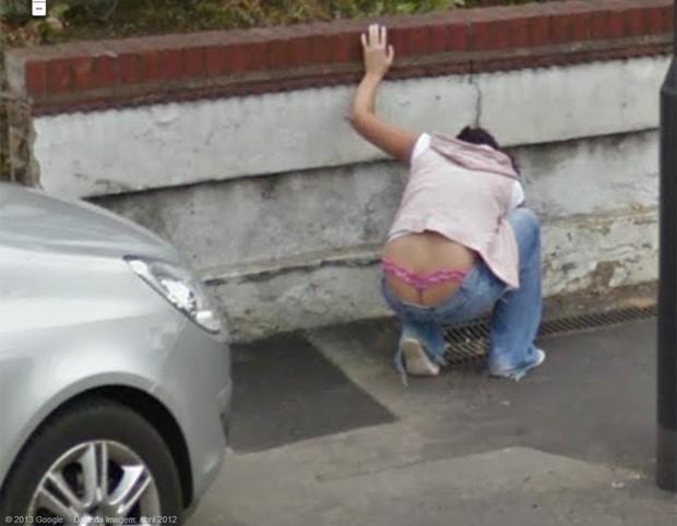Ao agachar, mulher acabou 'mostrando demais' e exibiu fio-dental rosa (Foto: Reprodução/Google Street View)