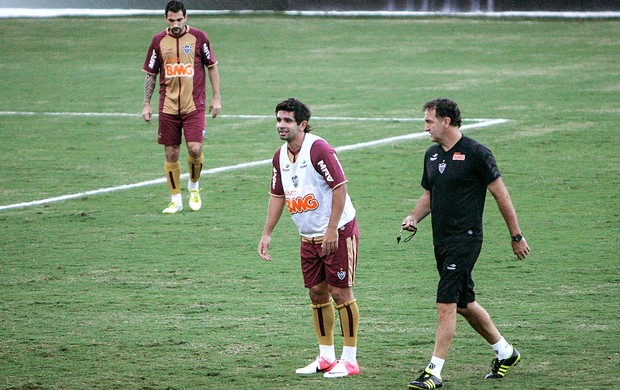 Cuca e Guilherme no treino do Atlético-MG (Foto: Bruno Cantini / Site Oficial do Atlético-MG)