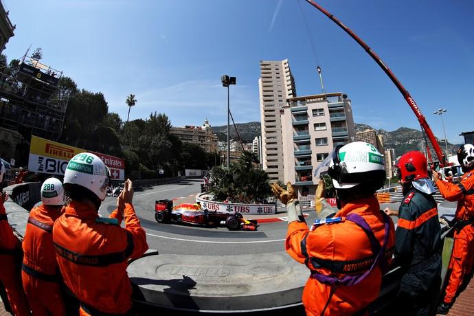 Daniel Ricciardo recebe aplausos dos fiscais após fazer a pole position para o GP de Mônaco (Foto: Getty Images)