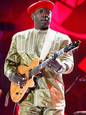 O cantor e guitarrista Vieux Farka Touré se apresenta em um evento da Fifa em Joanesburgo, na África do Sul, em 2010 (Foto: Michelly Rall/Getty Images for Live Earth Events)