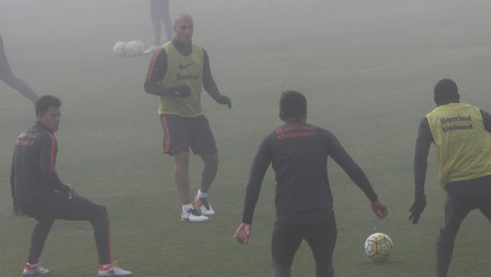 Ariel treina sob névoa no Inter  (Foto: Tomás Hammes)