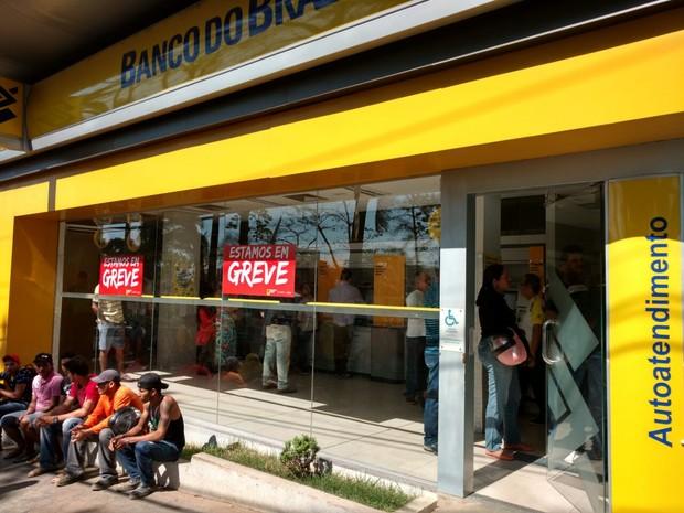Bancos iniciaram paralisação na manhã desta terça-feira (6) em Rio Branco  (Foto: Caio Fulgêncio/G1)