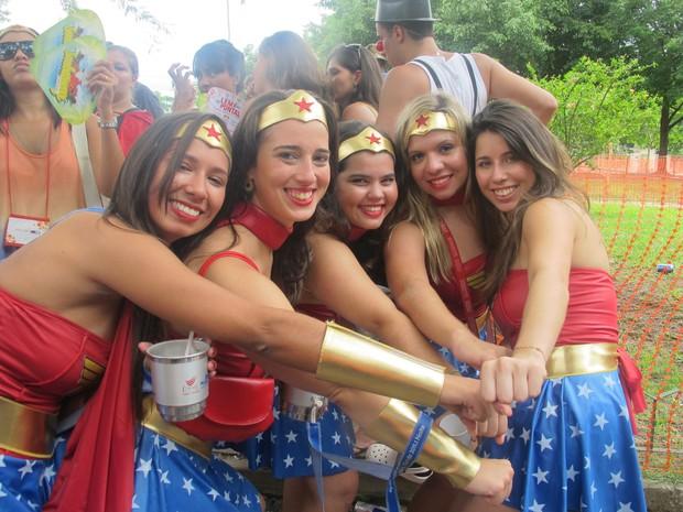 Mulheres Maravilha dominam o bloco Desliga da Justiça (Foto: Alba Valéria Mendonça/ G1)