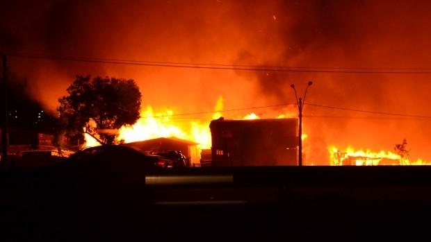 Bombeiros combatem as chamas na Vila Mario Quintana, em POrto Alegre (Foto: Marcos Schmitt/RBS TV)
