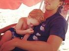 Dani Winits posta foto do namorado e do filho caçula dormindo na praia