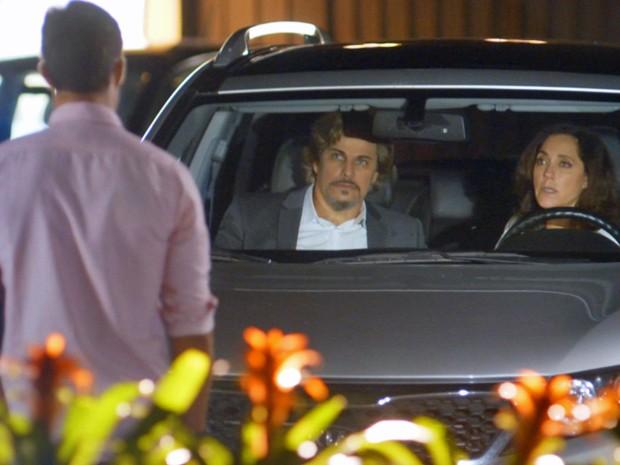 Amantes são vistos pelo filho do editor da revista Celebrar (Foto: TV Globo)