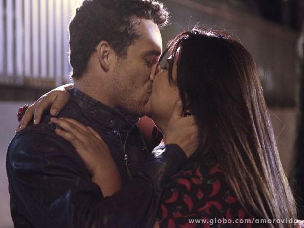 Daniel e Perséfone vão selar o momento com aquele beijão! (Foto: Amor à Vida/TV Globo)