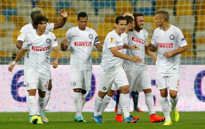 Hernanes e Dodô comemoram gol de D'Ambrosio pelo Inter de Milão (Foto: Reuters)