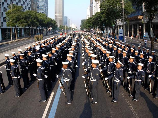 Preparativos para o desfile militar da Independência na Avenida Presidente Vargas, no centro do Rio de Janeiro (Foto: ADRIANO ISHIBASHI/FRAME/AE)